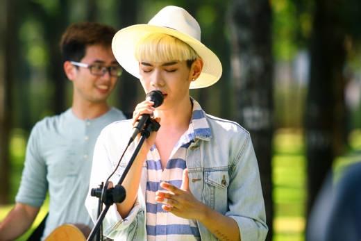 """Đào Bá Lộc – chàng ca sĩ chuyên """"đốn tim"""" khán giả bằng những ca khúc buồnsâu lắng về tình yêu."""
