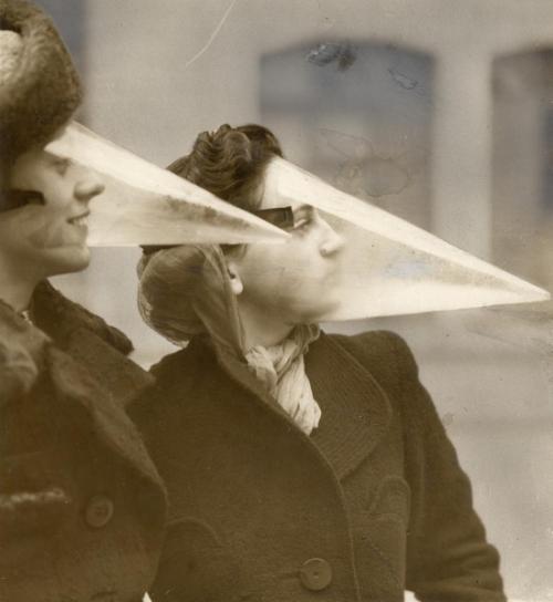 Chiếc áo khoác giữ ấm của cảnh sát giao thông được ra đời vào năm 1932. (Ảnh: Internet)  Mặt nạ chống bão tuyết được tạo ra ở Canada vào năm 1939. (Ảnh: Internet)  Đây là chiếc máy sấy tóc dành cho phái nữ, chúng khá to và không tiện dụng. (Ảnh: Internet)  Vật dụngđược ra đời vào năm 1938 ở Anh, có chức năng phòng độc và cung cấp dưỡng khí. (Ảnh: Internet)  Những chiếc phao như thế này được tạo ra bằng cách thổi phồng lốp xe vàtạo hình quanh cơ thểvào năm 1925. (Ảnh: Internet)  Báo được phát hành, sau đó in qua máy Fax, sáng kiến được tạo ra ở Mĩ vào năm 1938. (Ảnh: Internet)  Đây là thang gấp cứu hộ được phát minh bởiL. Dethnăm 1926 ở Hà Lan. (Ảnh: Internet)