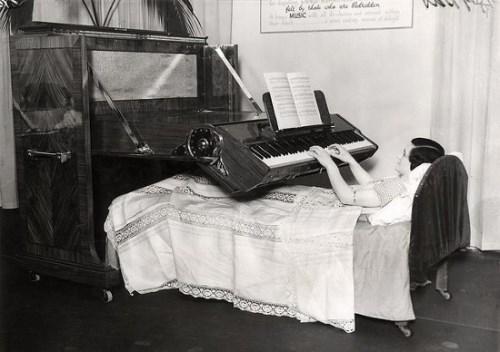 Súng Colt 38 được phát minh vào năm 1938 ở New York, Mĩvới tính năng sẽ chụp ảnh khi bóp cò. (Ảnh: Internet) Phát minh này được tạo ra vào năm 1931, nó vừa giúp bạn nghe đài vừa chenắng.(Ảnh: Internet) Chiếc xe nôi được tạo ra vào năm 1921, giúp người nội trợ vừa trông trẻ vừa có thể nghe đàicập nhật tin tức. (Ảnh: Internet)  Đây là chiếc kính giúp bạn vừa nằm vừa có thể đọc sách ở cự li xa được thiết kế vào năm 1936 ở Anh. (Ảnh: Internet)  Người bị liệt vừa có thể nằm tại chỗ vừa đánh đàn Piano, đây là sáng kiến ở Anh được tạo ra vào năm 1935. (Ảnh: Internet)