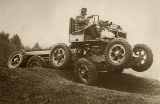 """Chiếc xe này có thể chở cùng lúc hai người nhưng lại khá là ngược ngạo khi mỗi người nhìn một hướng. (Ảnh: Internet)  Đây là một phát minh vào năm 1924 ở Pháp, một người sẽ ngồi trênbộ phận an toàn được gắn trước xegiúp quan sát tránh cho chủ xe húc phải người đi đường. (Ảnh: Internet)  Một chiếc LandRover được """"cải trang"""" trên chiếc phao để tạo thành thủy phi cơ ở Anh quốc. (Ảnh: Internet)  Phải chăng đây chính là tiền thân của xe Mô-tô phân khối lớn ngày nay? (Ảnh: Internet)  Năm 1936, ở Anh, người ta tạo ra chiếc xe này để có thể đi trên mọi địa hình. (Ảnh: Internet)  Được phát minh tại Pháp vào năm 1932, với chiếc xe này người láivừa có thể đi trên đường vừa có thể chạy trên mặt nước. (Ảnh: Internet)  Tính năng tương tự chiếc xe đạp phía trên, chiếc xe này có tên Scooter Lambretta, được tạo ra ở Anh. (Ảnh: Internet)  M. Goventosa de Udine vàonăm 1931 đã tạo ra chiếc xe chạy bằng một bánh cóvận tốc 150km một giờ. (Ảnh: Internet)"""