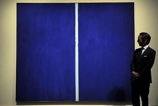 """Bức tranh """"Onement VI"""" của Barnett Newman (1905 - 1970) – một họa sĩ tranh trừu tượng nổi tiếng người Mỹ. """"Vạch trắng trên nền xanh"""" này đã được bán với giá 43,8 triệu đô la(khoảng980 tỉ đồng)."""