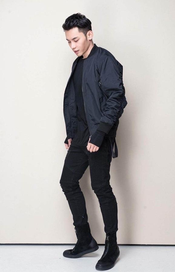 Chiếc áo jacket trẻ trung, phóng khoáng tô điểm cho bộ trang phục thuần đen giúp tổng thể trở nên hài hòa. Mạnh Khang nom thời thượng và phong trần hơn rất nhiều.   Mạnh Khang nhạy bén khi kết hợp hai hot item, áo Ninja longtee và Bomber jacket tạo nên sự phá cách.