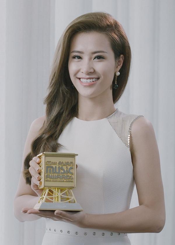 Đáng kể nhất trong năm 2015 này, Đông Nhi đã trở thành ca sĩ trẻ nhất tại Việt Nam nhận giải thưởng Mama danh giá sau Mỹ Tâm và Thu Minh. Trong những ngày cuối năm, Đông Nhi tiếp tục có mặt trong top 10 ca sĩ trẻ Làn sóng xanh 2015, Nữ ca sĩ được yêu thích nhất tại Zing Music Award 2015. - Tin sao Viet - Tin tuc sao Viet - Scandal sao Viet - Tin tuc cua Sao - Tin cua Sao