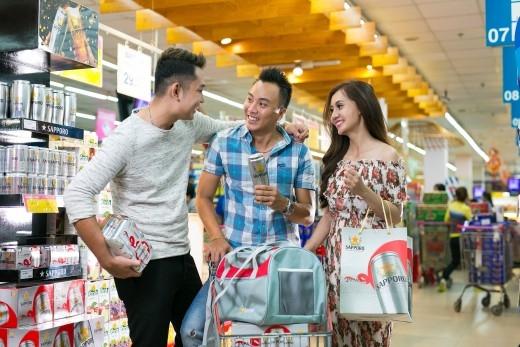 Sapporo tri ân khách hàng dịp Tết, tặng túi du lịch và áo khóa thể thao.