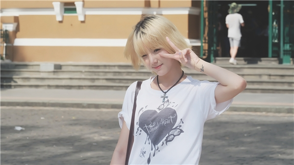 Nene nổi bật trên đường phố Sài Gòn với vẻ đáng yêu.
