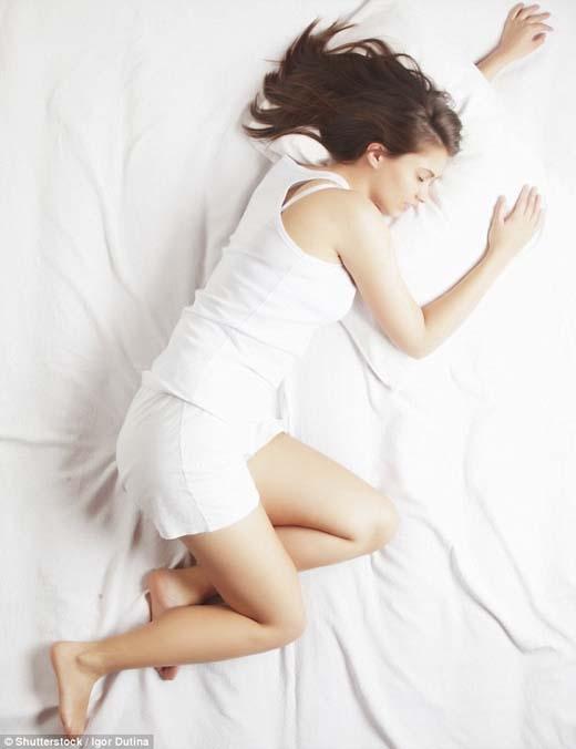 Ngủ nghiêng về bên trái sẽ làm giảm chứng ợ chua. (Ảnh: Internet)