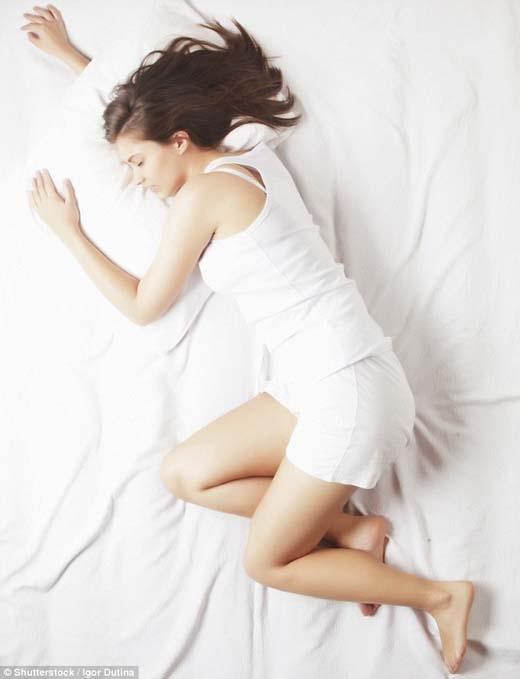 Nếu bị cao huyết áp, có lẽ bạn cần tập ngủ nghiêng người về bên phải. (Ảnh: Internet)