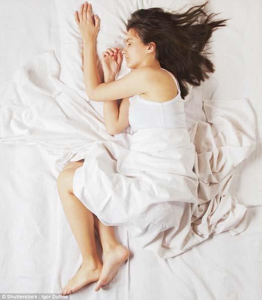 Dáng ngủ thai nhi tốt cho tâm lí nhưng sẽ gây áp lực lên các khớp xương ở nền sọ. (Ảnh: Internet)