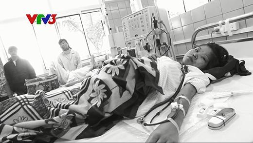 Hằng ngày, tại bệnh viện Bạch Mai, Nguyễn Thị Hiền phải một mình vật lộn với căn bệnh suy thận quái ác, không người bên cạnh chăm sóc.