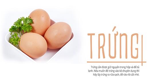 Trứng cần được giữ nguyên trong hộp và để tủ lạnh. Nếu bạn muốn để trứng vào kệ chuyên dụng thì hãy lấy trứng ra rửa sạch, để ráo rồi hãycất nhé.