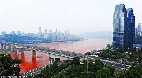Tháng 9/2012, nhiều người dân ở Trung Quốc vô cùng ngạc nhiên và sửng sốt khi chứng kiến cảnh tưởng nước sông Dương Tử bất ngờ đổi sang màu đỏ tươi.