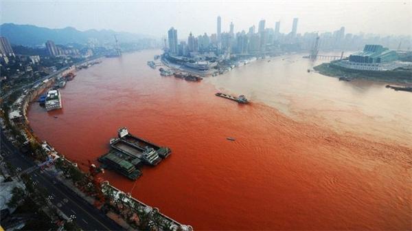 """Đã cónhiều lời giải thích cho hiện tượng kì lạ này, còn theo giới chức Trung Quốc, nguyên nhân có thể do nước thải công nghiệp và phù sa từ các trận lũ thượng nguồn là """"thủ phạm"""". Ảnh: Internet"""