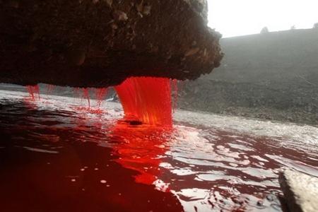 Sau đó, ngành chức năng nước này vào cuộc thì xác định nguyên nhân khiến nước sông chuyển sang màu đỏ là do hai xưởng nhuộm gần đấy không tuân thủ nguyên tắc bảo vệ môi trường. Ảnh: Internet