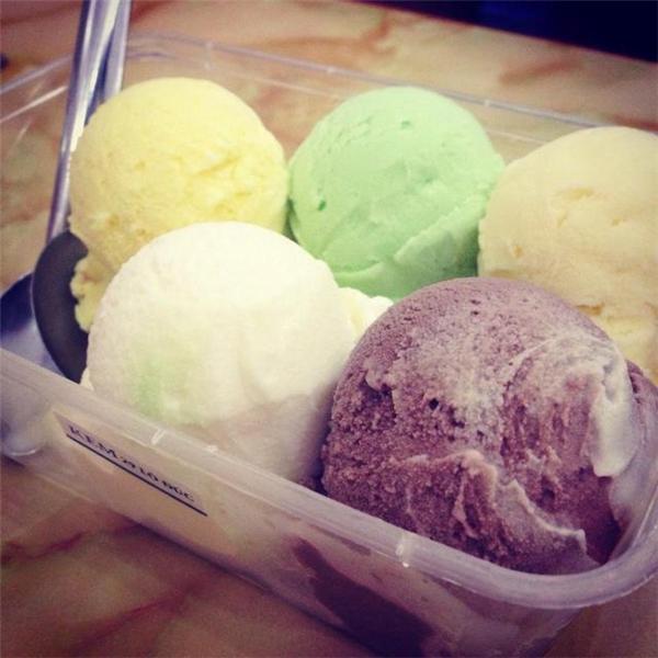 Đã trải qua cả mấy chục năm rồi nhưng kem cân ở đây vẫn còn giữ được hương vị và sức hấp dẫn quen thuộc như thuở ban đầu. (Ảnh: Internet)
