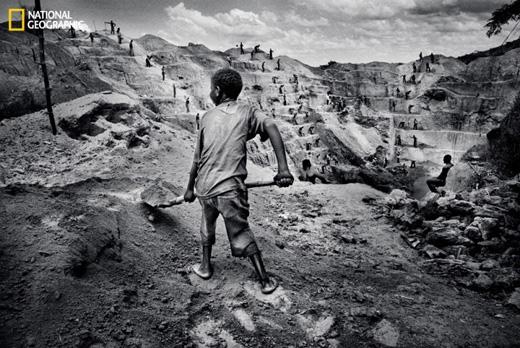 Trẻ con ở đây hầu như không được học hành, phải ra mỏ làm việc để kiếm miếng ăn. (Ảnh: National Geographic)