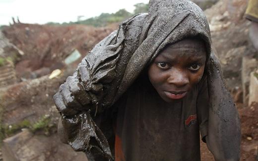 Các em phải lao động trong những điều kiện vô cùng khắc nghiệt và nguy hiểm. (Ảnh: National Geographic)