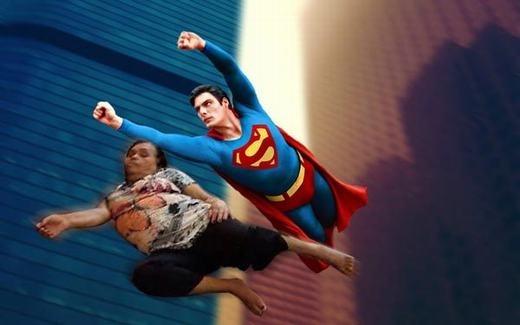 """""""Mấy khi được bay cùng siêu nhân!"""". (Ảnh: Internet)"""