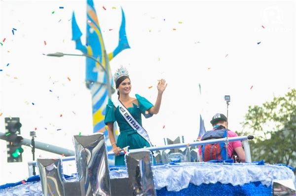 Ngày 25/1, Pia Wurtzbach có lễ diễu hành ở Manila (Philippines). Đây là lần đầu tiên người đẹp 27 tuổi trở về quê hương kể từ khi đăng quang ngôi vị Hoa hậu hoàn vũ vào ngày 20/12/2015.