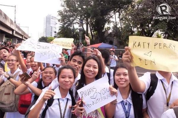 Hàng trăm ngàn người đổ ra đường với biểu ngữ và cờ Philippines để thể hiện tình yêu với người đẹp.