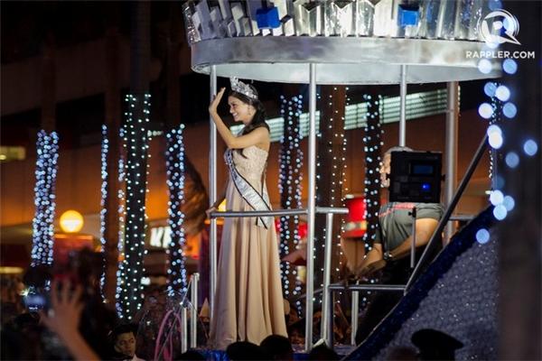 Kết thúc lễ diễu hành, Pia Wurtzbach nói lời cảm ơn người hâm mộ đã luôn ủng hộ và mong muốn tiếp tục được mọi người đồng hành trong hành trình hoàn thành vai trò Hoa hậu Hoàn vũ.