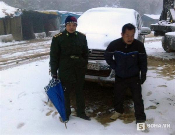 Ô tô mắc kẹt trong tuyết trắng ở xã Na Ngoi (Kì Sơn, Nghệ An), người dân phải xuống cuốc bộ.