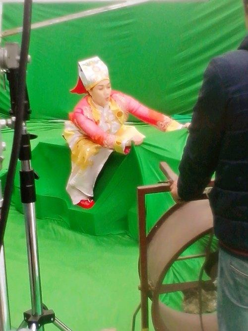 Táo Vân Dung diễn tả cảnh cưỡi cá vượt mây để lên thiên đình. Chị có mặt sớm nhất trong các Táo để chuẩn bị tươm tất trước khi ghi hình. - Tin sao Viet - Tin tuc sao Viet - Scandal sao Viet - Tin tuc cua Sao - Tin cua Sao