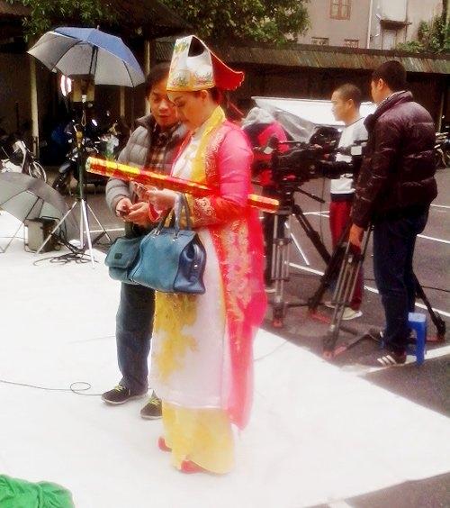 Không khí làm việc của buổi ghi hình đầu tiên cho clip mở đầu Táo quân diễn ra sôi nổi và hào hứng. Ai cũng nhiệt tình với công việc, tập trung cao độ và diễn hăng hái. - Tin sao Viet - Tin tuc sao Viet - Scandal sao Viet - Tin tuc cua Sao - Tin cua Sao