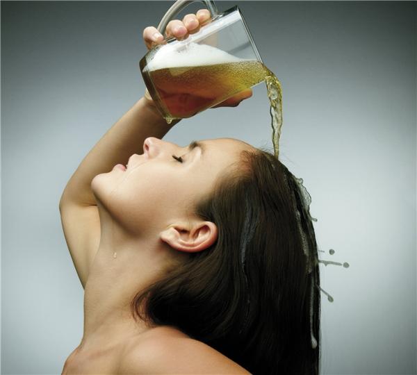 Bia là chất dưỡng tóc tự nhiên. (Ảnh: Internet)