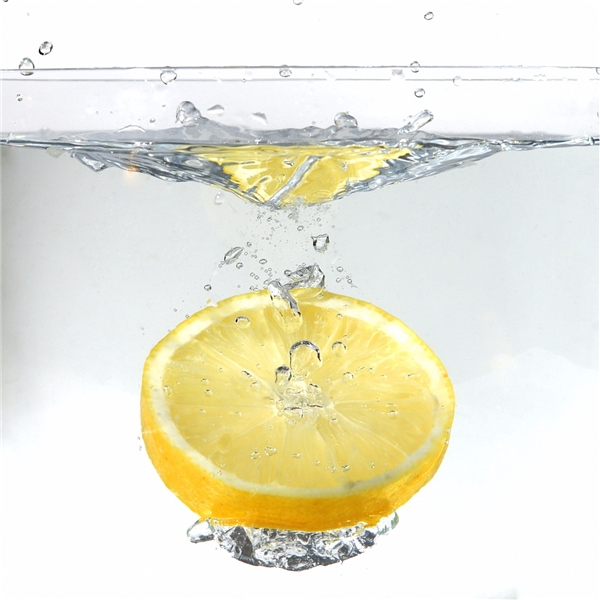 Nước cốt chanh giúp dưỡng tóc hiệu quả và có hương thơm tự nhiên. (Ảnh: Internet)