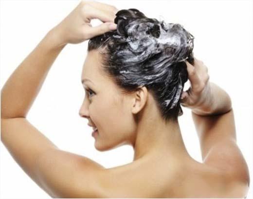 Nếu bạn không xả sạch phần dầu xả còn sót lại trên lưng và ngực, thì đây chính là nguyên nhân khiến bạn nổi mụn. (Ảnh: Internet)