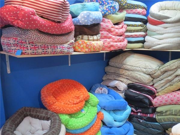 Những phụ kiện như ổ nằm, quần áo cũng có nhiều chủng loại và giá cả khác nhau.(Ảnh: Internet)