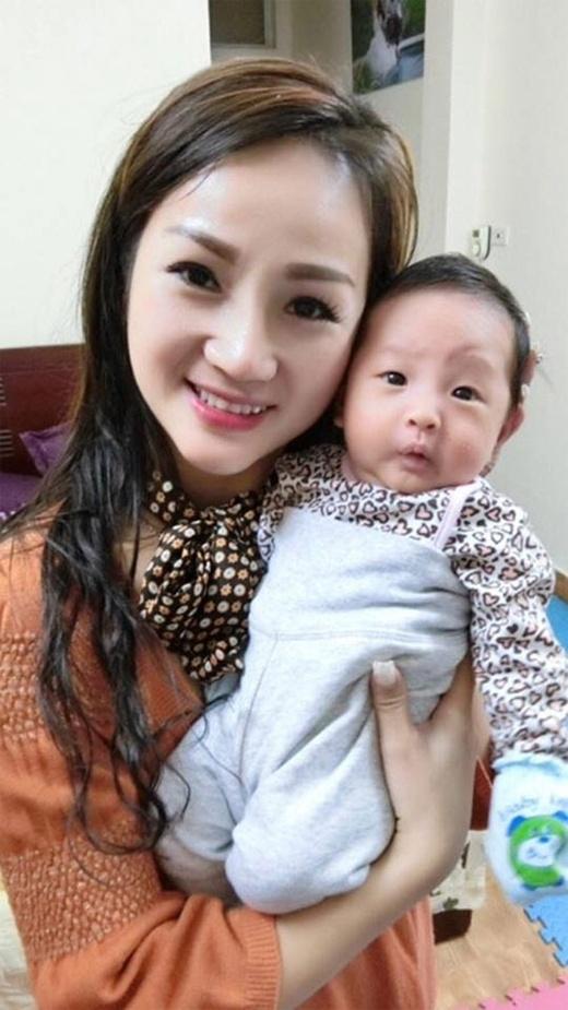 Chị Lan Hương rạng rỡ bên cháu ngoại đầu lòng. (Ảnh: Internet)