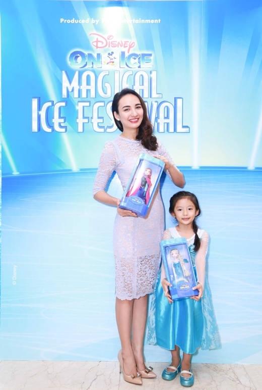 Hoa hậu Ngọc Diễm diện đồ công chúa Elsa cho con gái