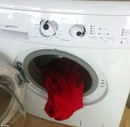Chiếc máy giặt này khiến nhiều người liên tưởng tới hình ảnh một con quỷ với chiếc lưỡi đỏ đáng sợ.