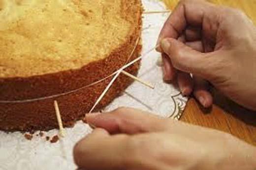 Đầu tiên, bạn dùng tăm ghim vào bánh thành một hình tròn khép kín. (Ảnh: Internet)   Sau đó, dùng chỉ quấn quanh chiếc bánh rồi từtừ xiết vào. (Ảnh: Internet)