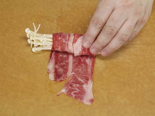 """Bạn đang không biết phải làm sao để có thể gói chặt phần thịt bằm vào trong miếng lá dứa? Hãy để những chiếc tăm này làm việc đó thay bạn. (Ảnh: Internet)   Để cuộn nấm kim chi này không bị rớt ra, bạn hãy dùng một chiếc tăm xiên qua nó sau khi cuộn xong nhé! (Ảnh: Internet)   Nếu không xiên que tăm này qua, phần thịt ở trong sẽ bị trôi hết ra nồi. (Ảnh: Internet)   Mùi của tăm khi được hấp cùng thức ăn cũngkhá """"gây nghiện"""" đó. (Ảnh: Internet)"""