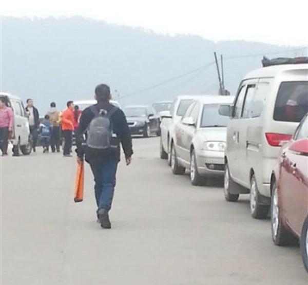 Người đàn ông đi bộ về nhà, từ chối đi taxi vì sợ ướt xe.