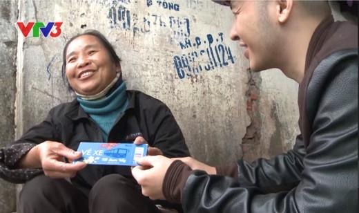 Cô Tuệ hạnh phúc ngập tràn khi được nhận tấm vé mơ ước.