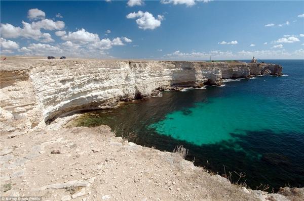 Đường bờ biển ở mũi Tarhankut, Tarhan Qut ở Crimea – nơi tọa lạc của bảo tàng dưới đáy biển độc nhất vô nhị trên thế giới.(Ảnh: Daily Mail)