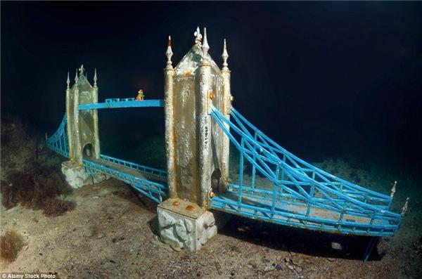 Ngoài ra còn có tượng của cầu Luân Đôn với màu sắc tươi sáng như mới được đặt ở đây ngày hôm qua.(Ảnh: Daily Mail)