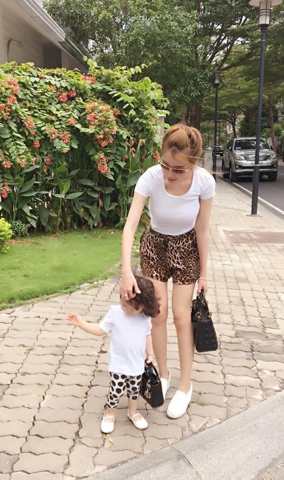 Rất nhiều lần mọi người lầm tưởng rằng Elly đang dạo phố cùng em gái chứ không phải là con gái mình. - Tin sao Viet - Tin tuc sao Viet - Scandal sao Viet - Tin tuc cua Sao - Tin cua Sao