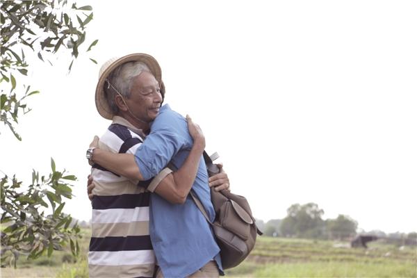 Ba Jun đã rất xúc động và bật khóc thật sự khi tái hiện lại cảnh cùng con trai viếng mộ mẹ của Jun. - Tin sao Viet - Tin tuc sao Viet - Scandal sao Viet - Tin tuc cua Sao - Tin cua Sao