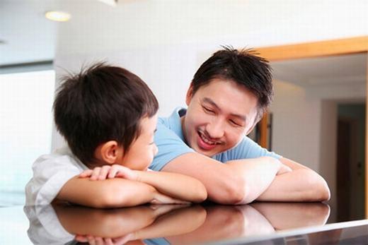 Hãy cố gắng làm bạn với con thay vì luôn ra lệnh, ép trẻ theo ý của mình. (Ảnh: Internet)