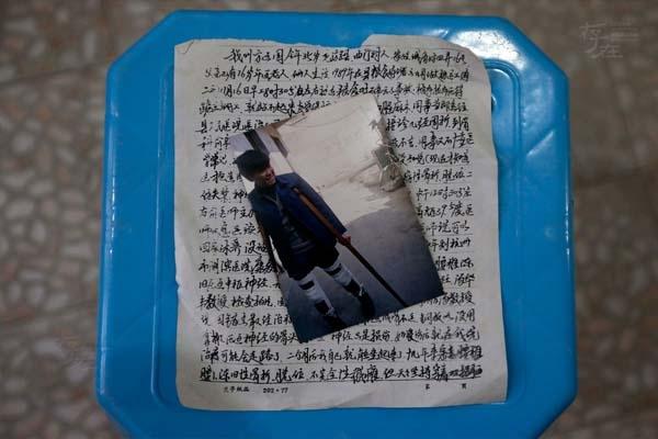 Phương Kiến Quốc, sống tại huyện Long Du, thành phố Cù Châu, tỉnh Chiết Giang, Trung Quốc đã mất đi đôi chân trong một tai nạn nghề nghiệp năm 23 tuổi. Từ đó, cuộc đời anh gắn liền với chiếc xe lăn.