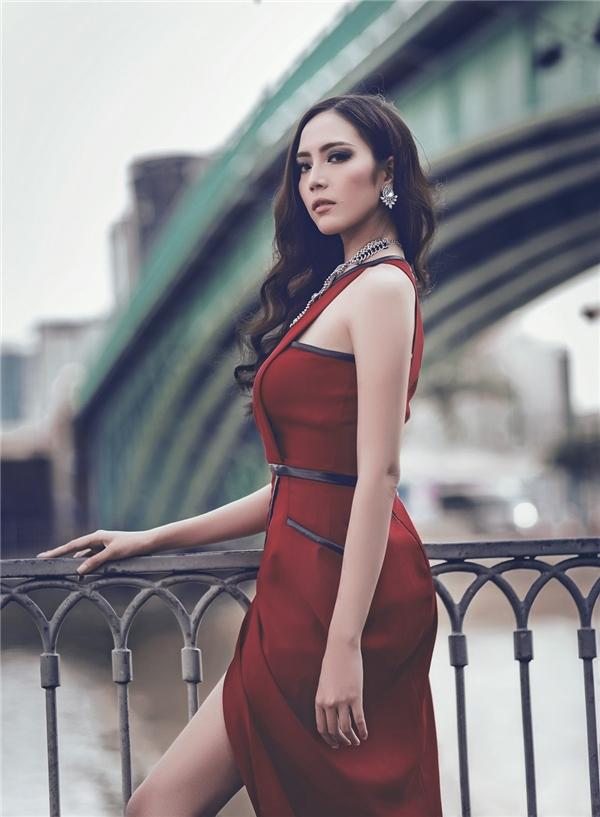 Sắc đỏ nồng nàn, quyến rũ luôn mang đến vẻ ngoài nổi bật, thu hút cho phái đẹp trong những tiệc tùng cuối năm. Một chút cách điệu ở đường cắt đã giúp tổng thể trở nên mới lạ. Ở thiết kế này, những đường diềm vẫn là điểm nhấn qua sự kết hợp giữa hai tông màu đỏ, đen.