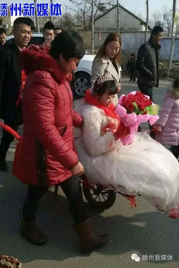 Dù đón dâu đơn giản, nhưng cặp đôi vẫn nhận được vô số sự ủng hộ của bạn bè và người thân xung quanh. Cô dâu luôn mỉm cười hạnh phúc khi sắp được về chung một nhà với người mình yêu.