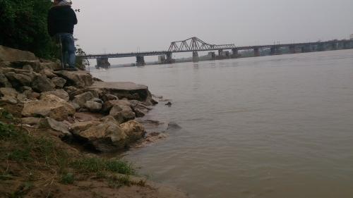 . Bãi tắm tiên ở sông Hồng (gần cầu Long Biên). Ảnh: Internet