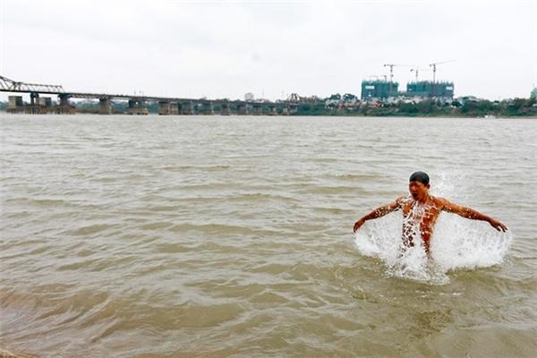 Choáng với hình ảnh nhiều người tắm tiên khi trời cực rét ở Hà Nội