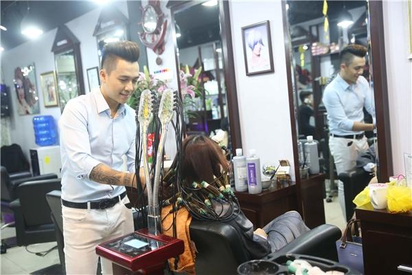 Dù đam mê ca hát, Tiến Dũngvẫn nung nấu mơ ước trở thành một doanh nhân trẻ từ khá lâu. Anh lên ý tưởng cùng người anh họ để cho ra đời salon tóc, phục vụ đối tượng là những khách hàng từ trẻ tuổi đến trung niên. Để có được những kiểu tóc cho khách hàng chọn lựa, Tiến Dũng đã để anh họ thử nghiệm hàng loạt kiểu mốttrên chính mái tóc của mình. Đây là lído mà anh từng thay đổi kiểu tóc 4 – 5 lần chỉ trong vòng một tuần. - Tin sao Viet - Tin tuc sao Viet - Scandal sao Viet - Tin tuc cua Sao - Tin cua Sao
