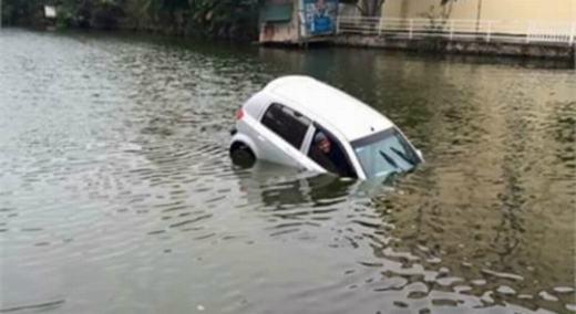 Hà Nội rét 6 độ, ô tô chở 3 người lao xuống hồ